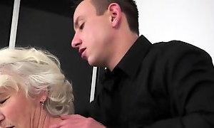 Онлаин видео огромный член в бабушке небывает